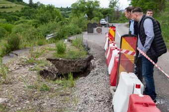 Újabb rész szakadt le a tibódi útról az áradás következtében
