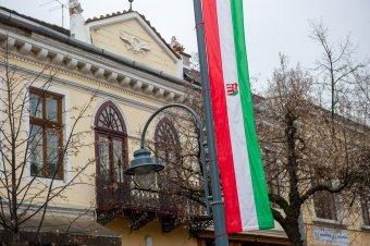 Magyar zászlók: sepsiszentgyörgyi kollégája sorsára jutott Székelyudvarhely polgármestere