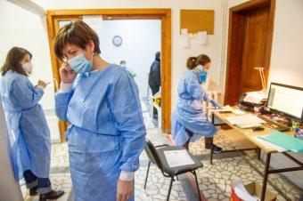 Saját költségükön teszteltetné a kormány a beoltatlan egészségügyi dolgozókat