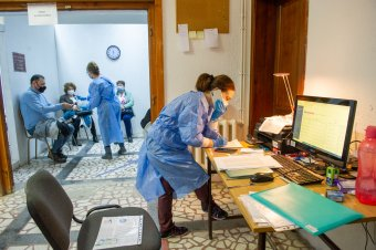 Franciaországban kötelezővé tették az oltást az egészségügyi dolgozóknak