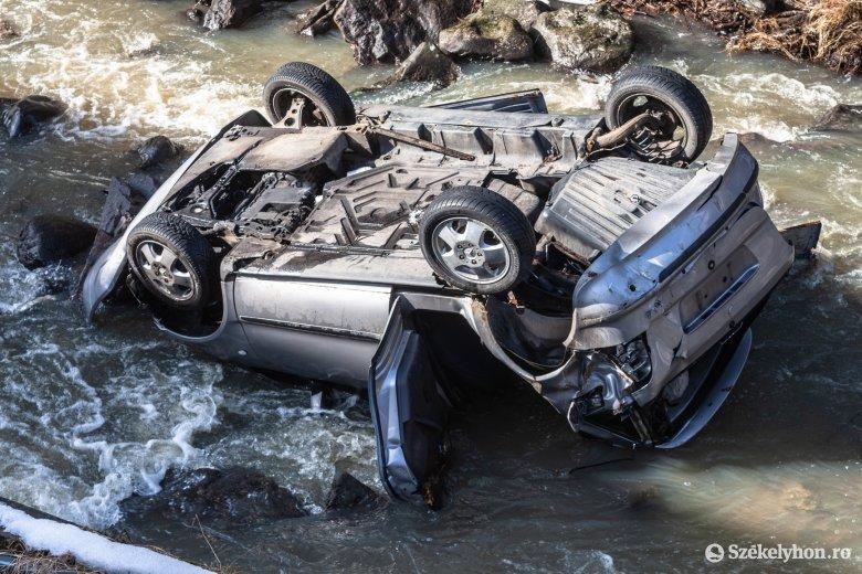 Még tavaly borult a patakba a jármű, azóta is ott van