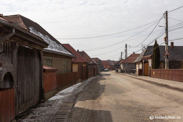 Rendezettebb lett a falukép, amióta a helyiek nem az út szélén tartják a mezőgazdasági gépeiket