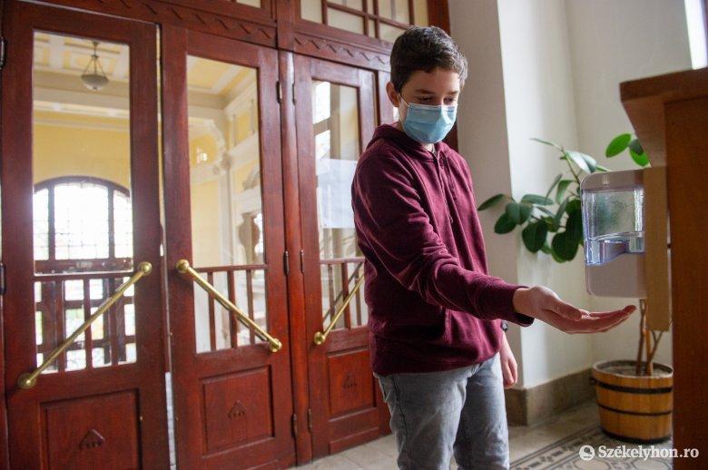 Nem kötelező a maszk szünetekben, visszatér az iskolapadba a diákok zöme