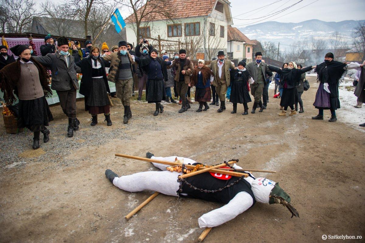 https://media.szekelyhon.ro/pictures/udvarhely/aktualis/2021/11_februar/o_farsangtemetes_sofalva_belo01.jpg