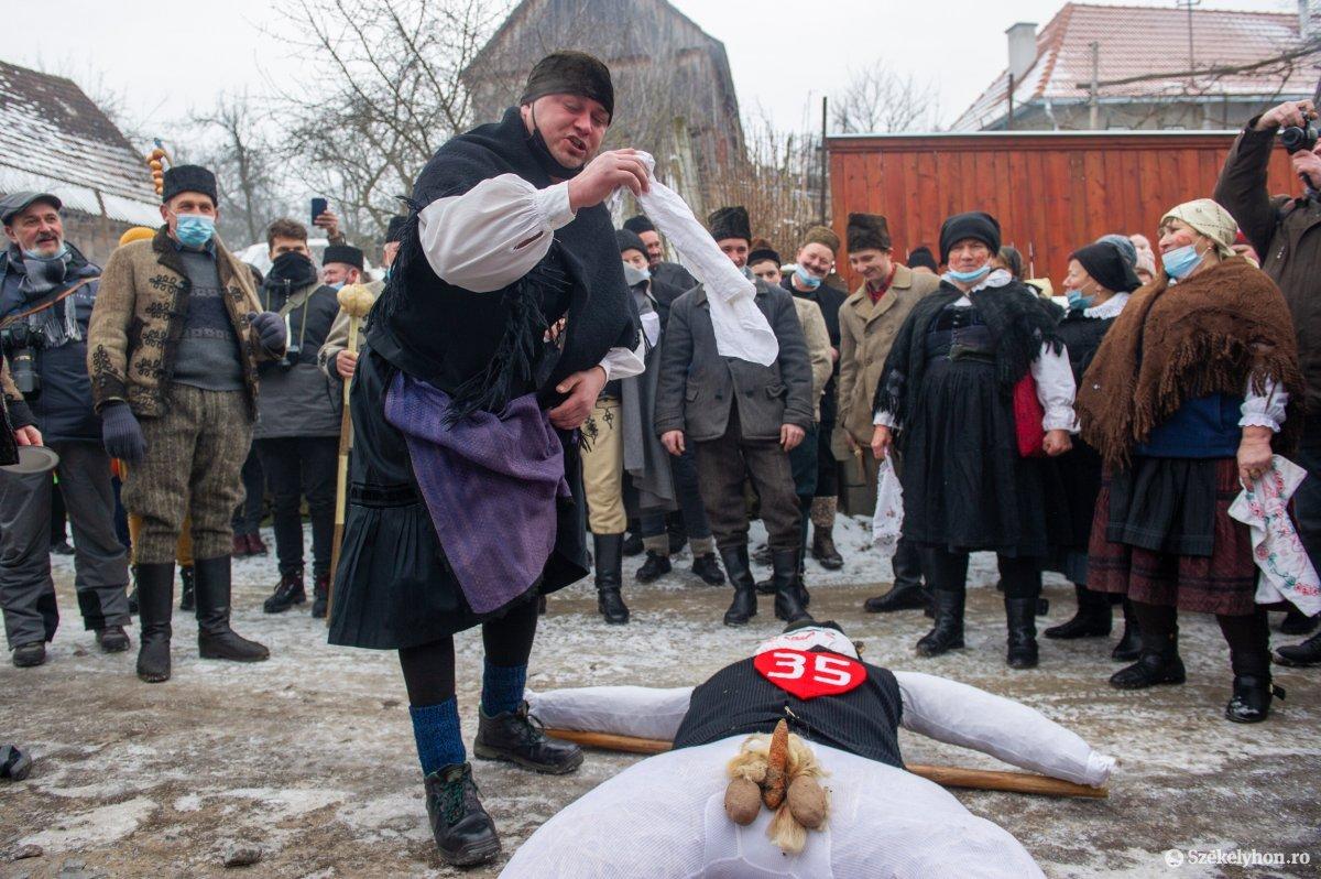 https://media.szekelyhon.ro/pictures/udvarhely/aktualis/2021/11_februar/o_farsangtemetes_sofalva_belo07.jpg
