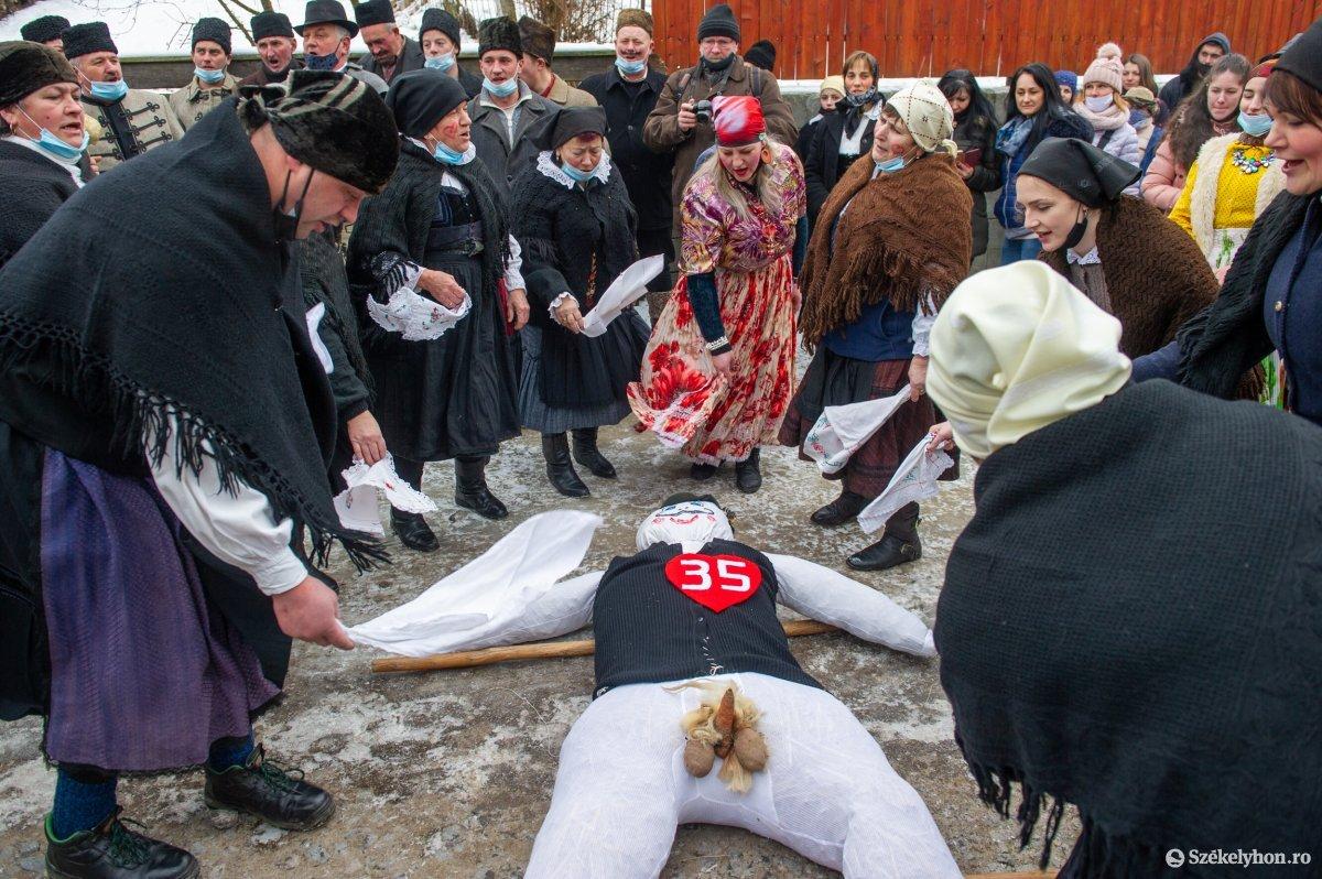 https://media.szekelyhon.ro/pictures/udvarhely/aktualis/2021/11_februar/o_farsangtemetes_sofalva_belo08.jpg