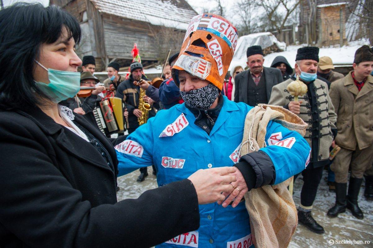 https://media.szekelyhon.ro/pictures/udvarhely/aktualis/2021/11_februar/o_farsangtemetes_sofalva_belo09.jpg
