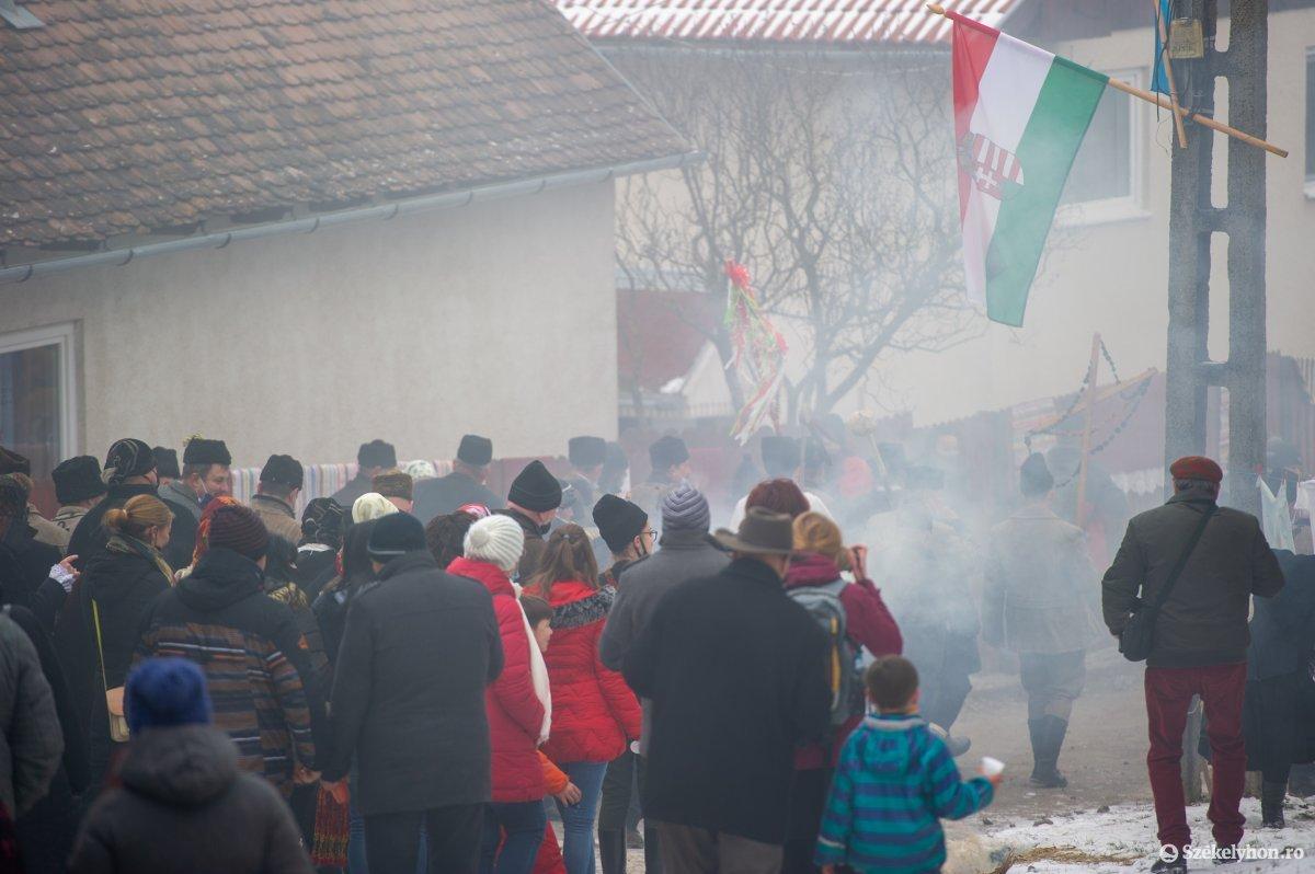 https://media.szekelyhon.ro/pictures/udvarhely/aktualis/2021/11_februar/o_farsangtemetes_sofalva_belo13.jpg