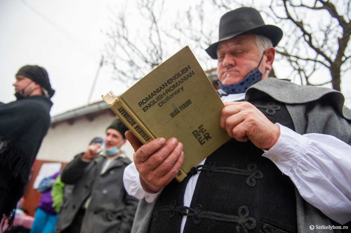 https://media.szekelyhon.ro/pictures/udvarhely/aktualis/2021/11_februar/o_farsangtemetes_sofalva_belo15.jpg
