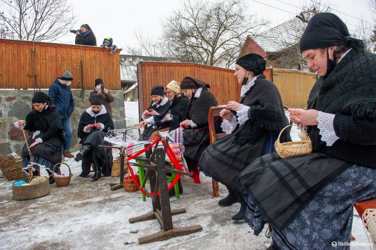 https://media.szekelyhon.ro/pictures/udvarhely/aktualis/2021/11_februar/o_farsangtemetes_sofalva_belo23.jpg