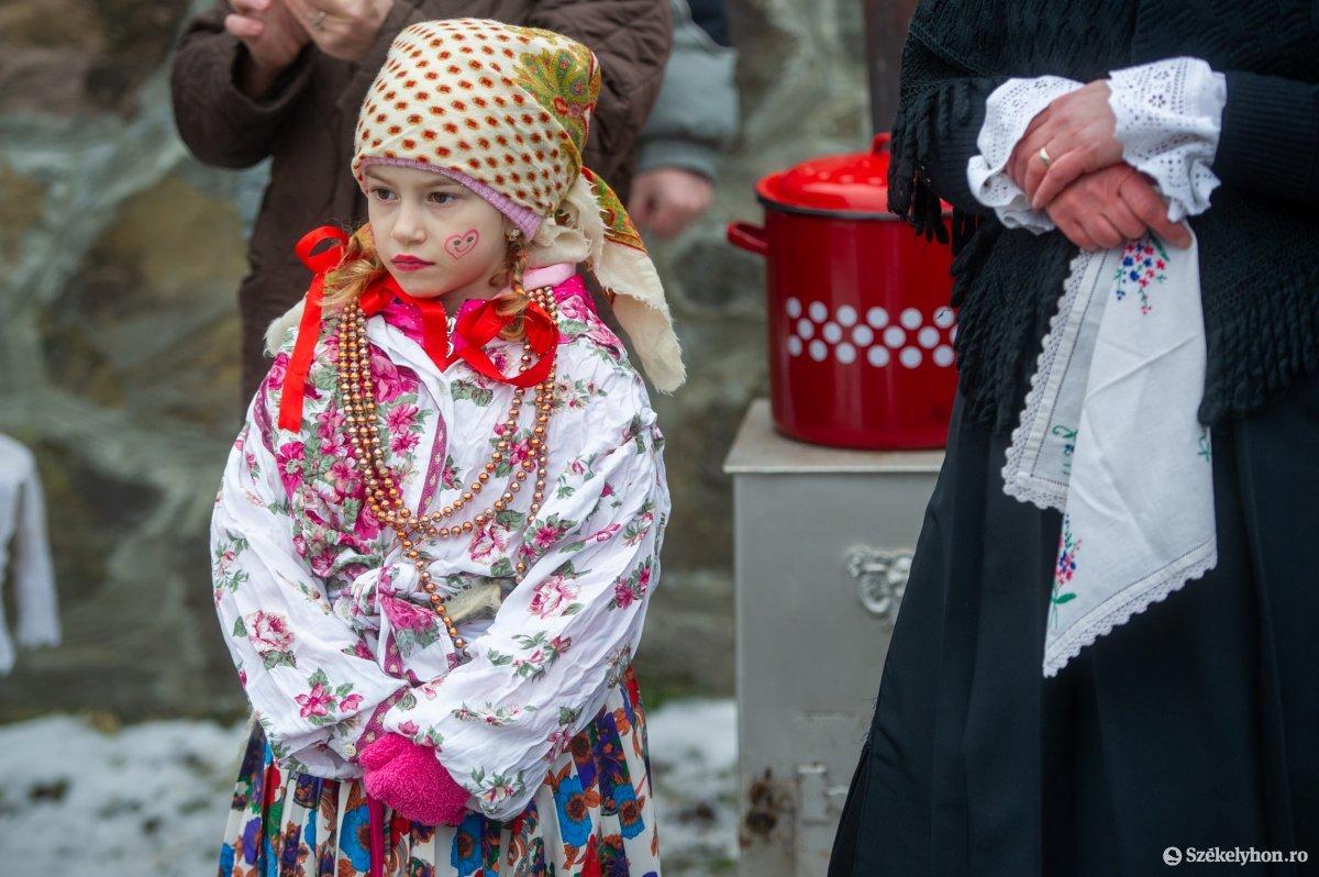 https://media.szekelyhon.ro/pictures/udvarhely/aktualis/2021/11_februar/o_farsangtemetes_sofalva_belo28.jpg