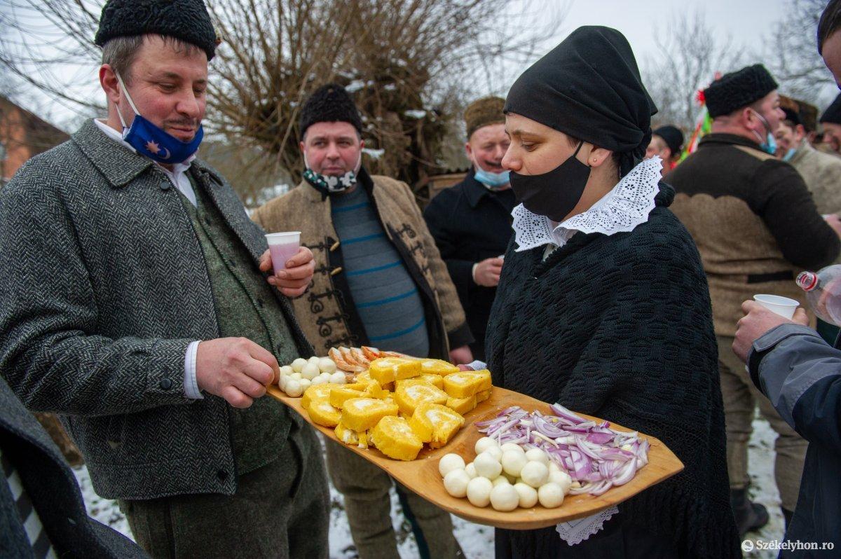 https://media.szekelyhon.ro/pictures/udvarhely/aktualis/2021/11_februar/o_farsangtemetes_sofalva_belo29.jpg