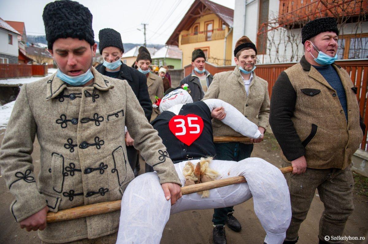 https://media.szekelyhon.ro/pictures/udvarhely/aktualis/2021/11_februar/o_farsangtemetes_sofalva_belo30.jpg