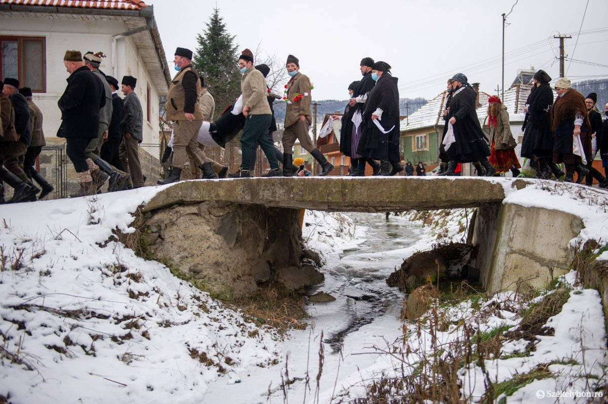 https://media.szekelyhon.ro/pictures/udvarhely/aktualis/2021/11_februar/o_farsangtemetes_sofalva_belo31.jpg