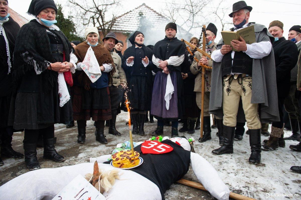 https://media.szekelyhon.ro/pictures/udvarhely/aktualis/2021/11_februar/o_farsangtemetes_sofalva_belo33.jpg