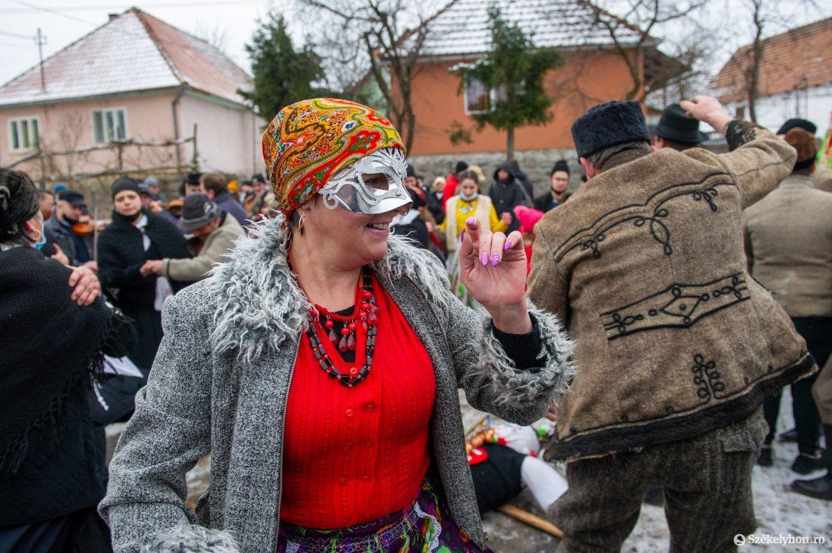 https://media.szekelyhon.ro/pictures/udvarhely/aktualis/2021/11_februar/o_farsangtemetes_sofalva_belo35.jpg
