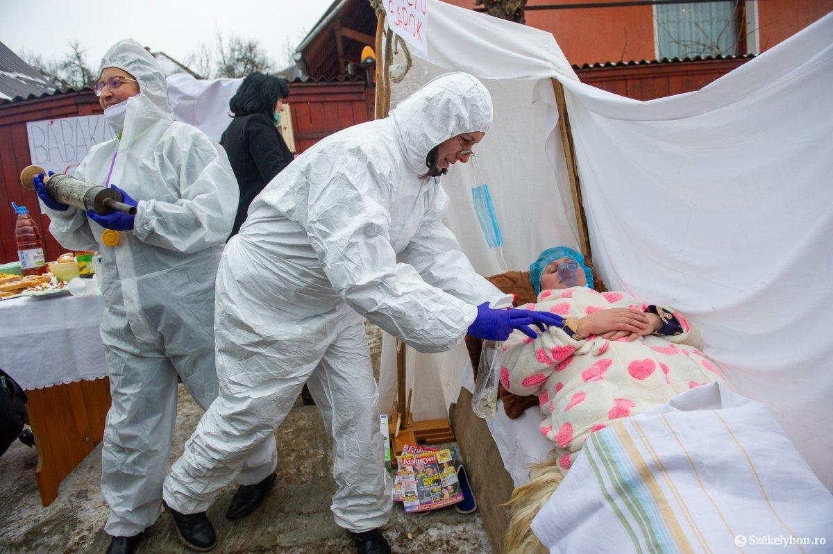 https://media.szekelyhon.ro/pictures/udvarhely/aktualis/2021/11_februar/o_farsangtemetes_sofalva_belo37.jpg