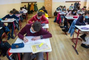 Hat ezrelékes fertőzöttségi arányig nyitva marad az iskola, 6 év fölött kötelező a maszk a diákok számára