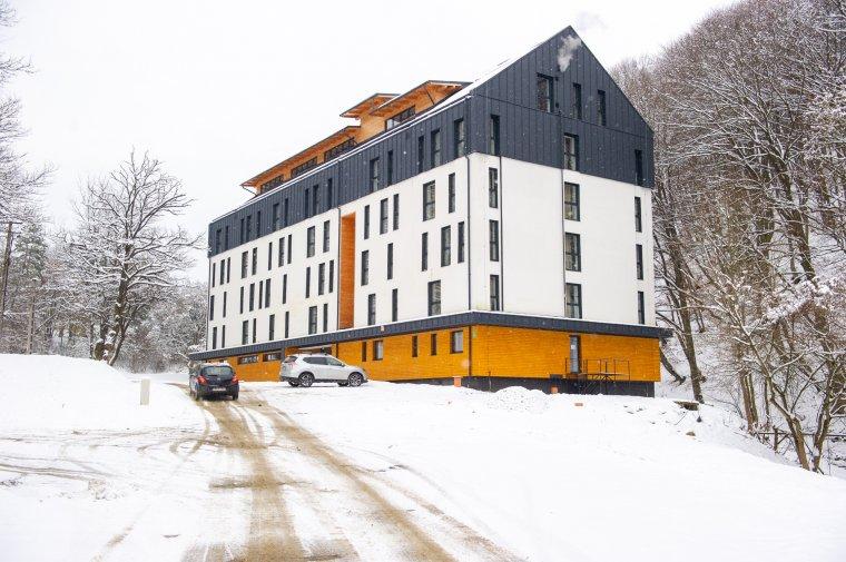 Feltehetően beázás miatt színeződtek el a nemrég felújított sóskúti diákszálló falai