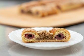 Macska-, páva- vagy bagolyszem: régi, jól bevált élesztős süteményrecept diós habbal, meggyszemekkel