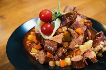 Egytálétel négyféle húsból: újragondolt alföldi gulyás főtt a Főnix Konyhában