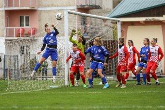 Indul a női fociélvonal rájátszása