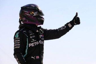 Hamilton beérte Schumachert, és növelte az előnyét
