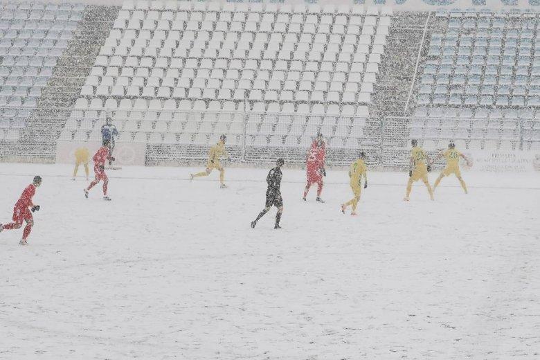 Csak zúdult a hó, félbeszakadt a focimérkőzés