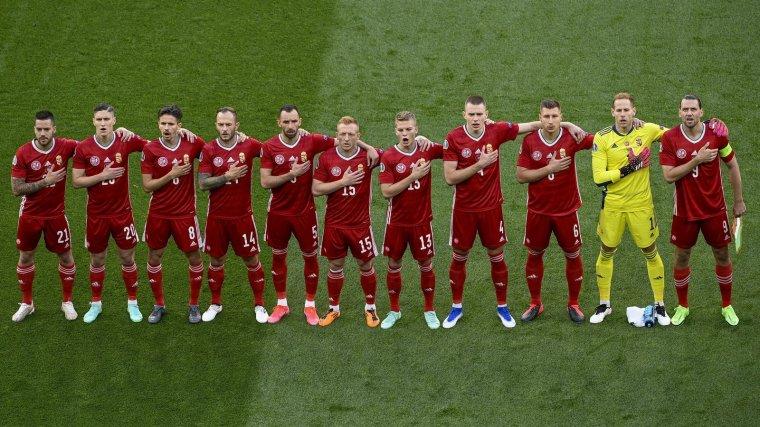 Isten, áldd meg a magyart... és óvd a királynőt! Himnuszok a focipályán