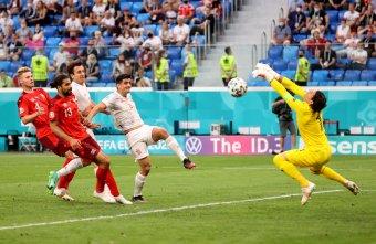 Svájc egyenlített, emberhátrányban kitartott, vezetett a büntetőpárbajban, mégis a spanyolok az Eb-elődöntősök