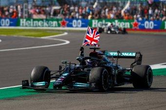 Hamilton győzött Silverstoneban, Verstappen már az első körben kiesett