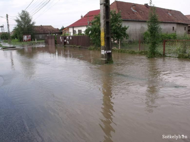 Víz alá került Csíkfalva község is