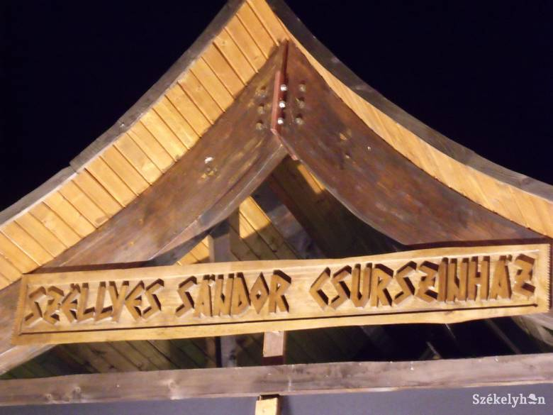 Jubileumi névadás a mikházi Csűrszínházban