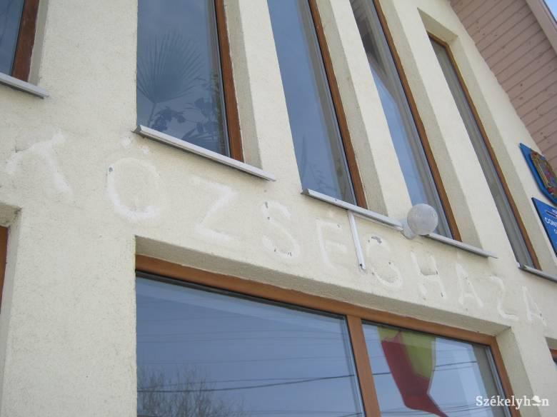Lekerült a magyar felirat a csíkfalvi községházáról