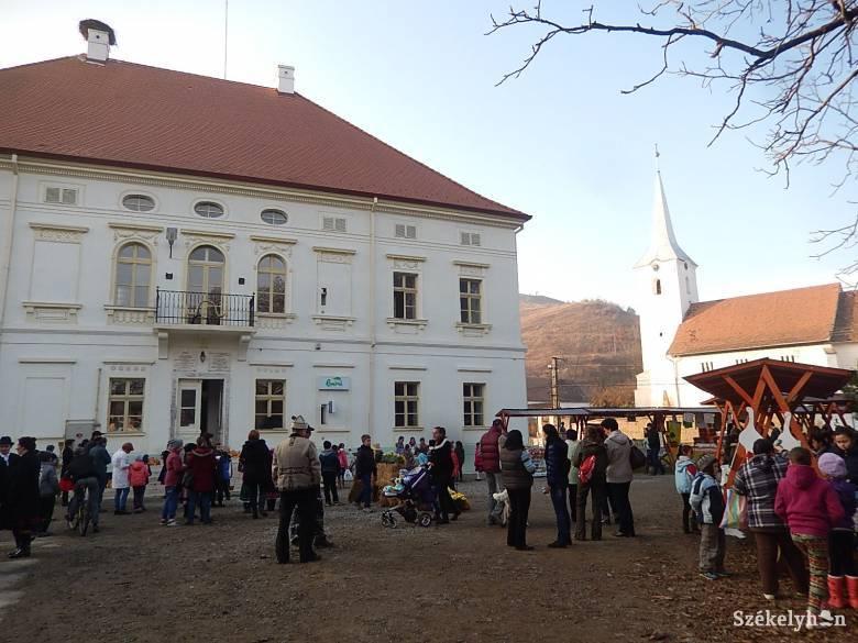 Márton-napi vigasságot ültek az erdőszentgyörgyi kastély udvarán
