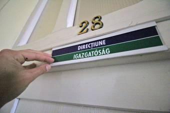 A prefektus egyelőre nem tudta megakadályozni a marosvásárhelyi iskolák többnyelvű feliratozását