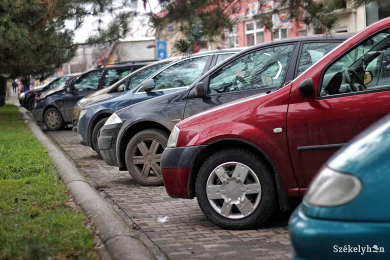 Nehéz a parkolás az egészségügyi intézmények előtt, ezen változtatnának