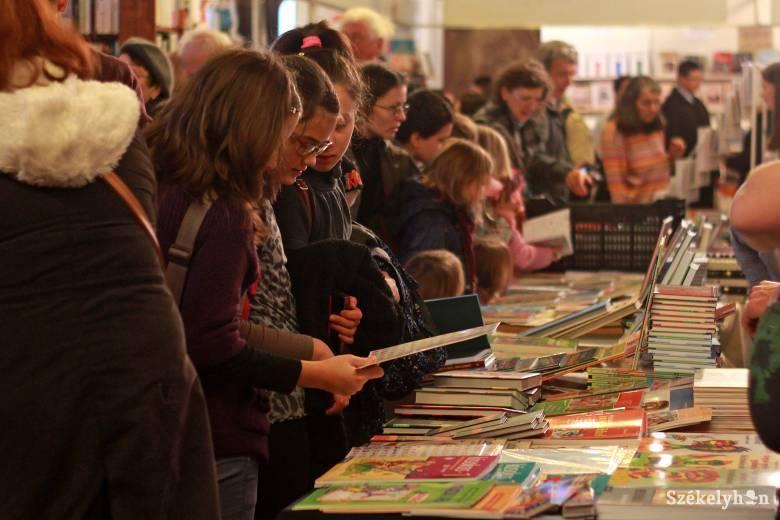 Olvasóversenyt hirdettek a könyvvásár részeként, nagy az érdeklődés iránta