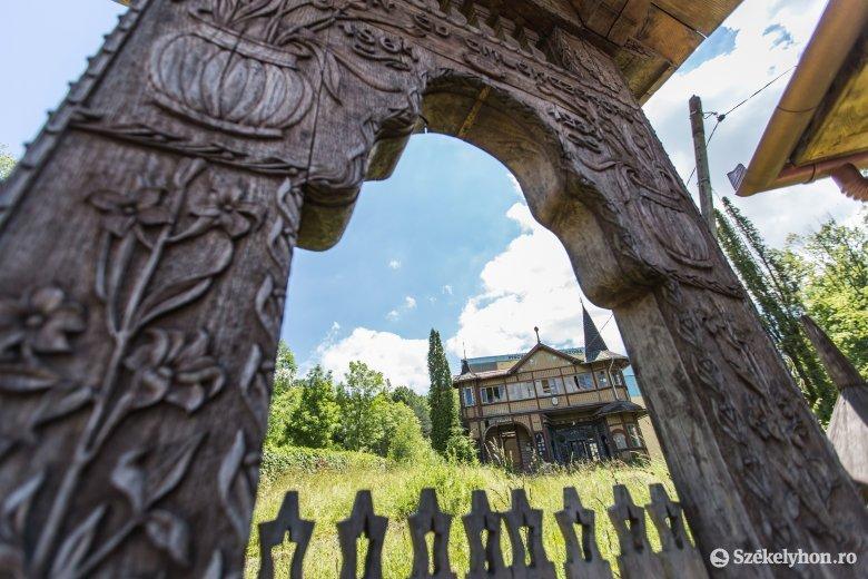 A turistaidény lejárta után lebontják, majd újjáépítik Szováta egyik jelképét