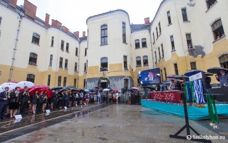 Színes ballagás: esernyők alatt búcsúztak iskolájuktól