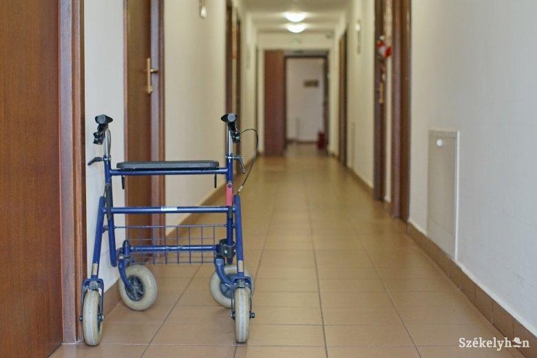 Elzárkózó idősotthonok: nincs látogatás és kijárás sem
