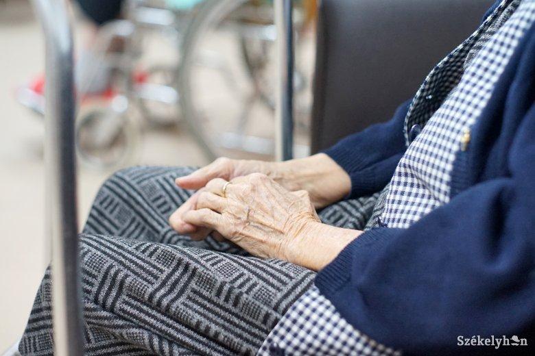 Élelmiszerek és higiéniai termékek házhoz szállításával segítik az időseket Sepsiszentgyörgyön