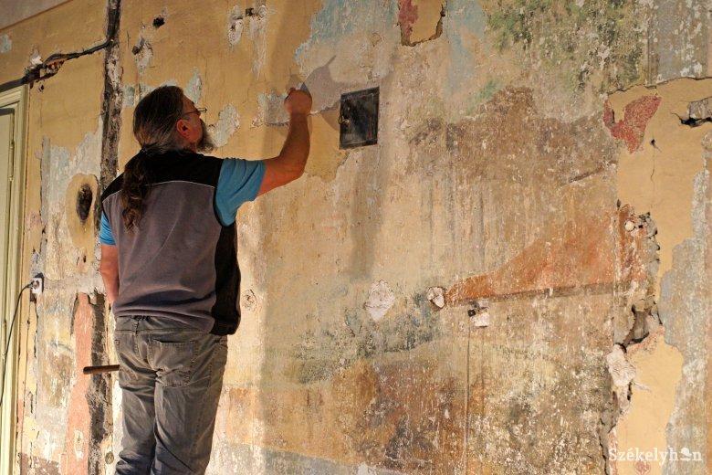 Folytatódik a freskós terem helyreállítása a Teleki Téka emeletén