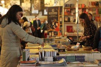 Marosvásárhelyi Nemzetközi Könyvvásár: könyvek negyvenöt standon</h2>
