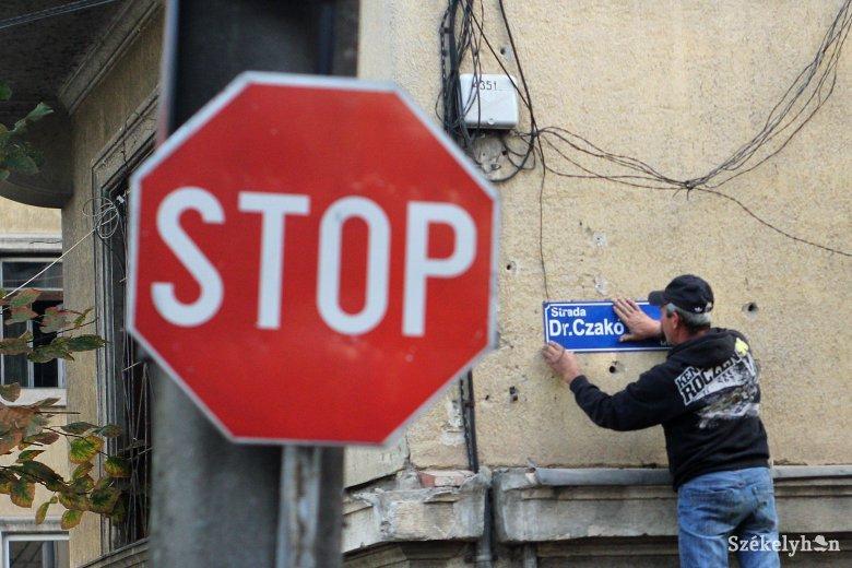 Számonkérik Marosvásárhely polgármesterén a kétnyelvű utcanévtáblákat