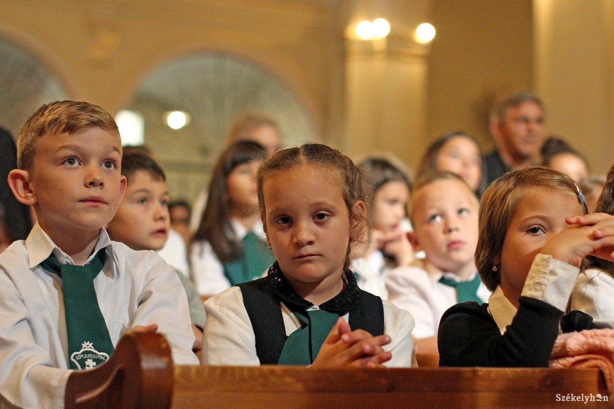 https://media.szekelyhon.ro/pictures/vasarhely/aktualis/2018/04_szeptember/o_katolikus_iskola_templom_09_hv.jpg