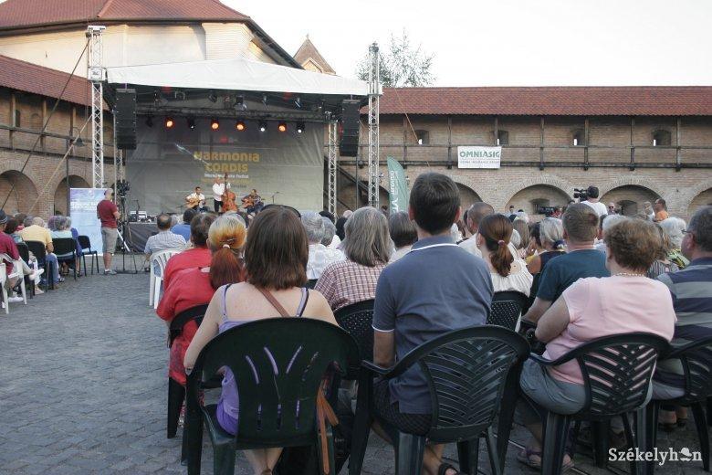Rajtol a klasszikus gitárfesztivál: Marosvásárhely mellett Székelyudvarhelyen is belecsapnak a húrokba