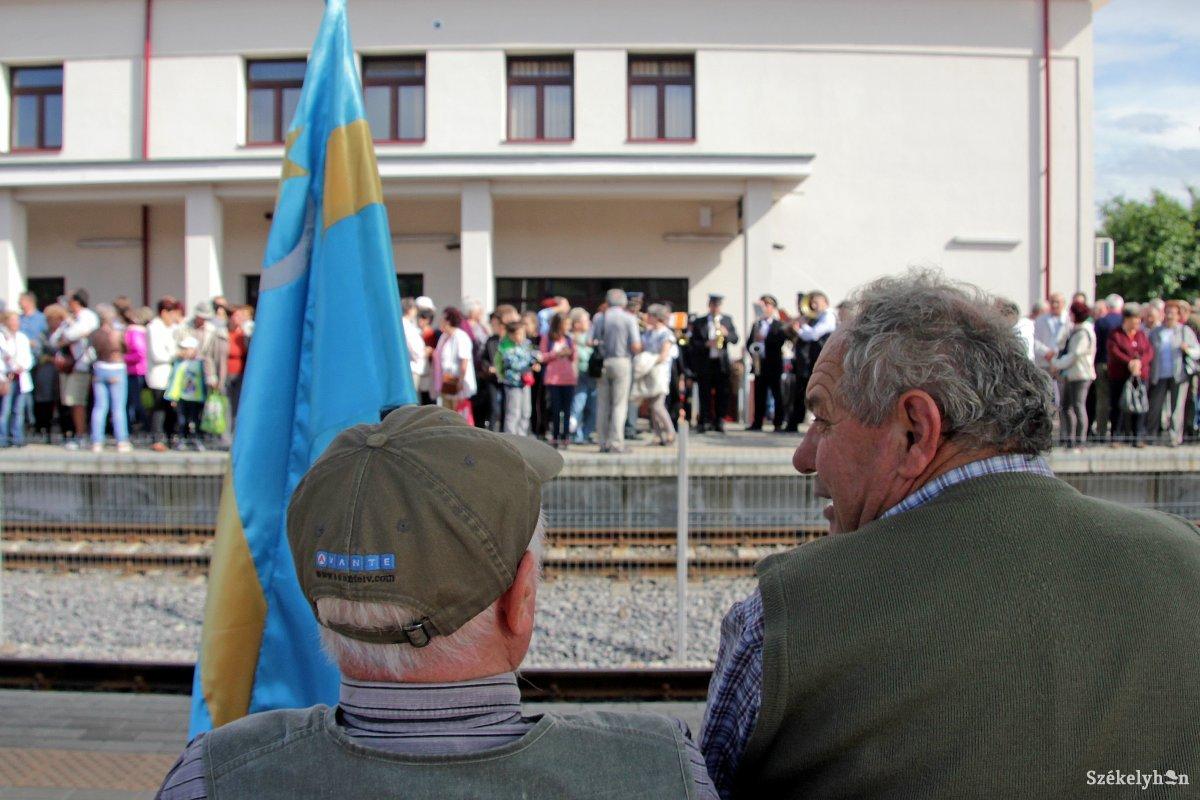 https://media.szekelyhon.ro/pictures/vasarhely/aktualis/2018/08_majus/o_zarandokvonat_kesik_05_hv_or.jpg