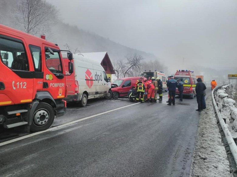 Frontálisan ütközött két gépjármű, ketten súlyosan megsérültek