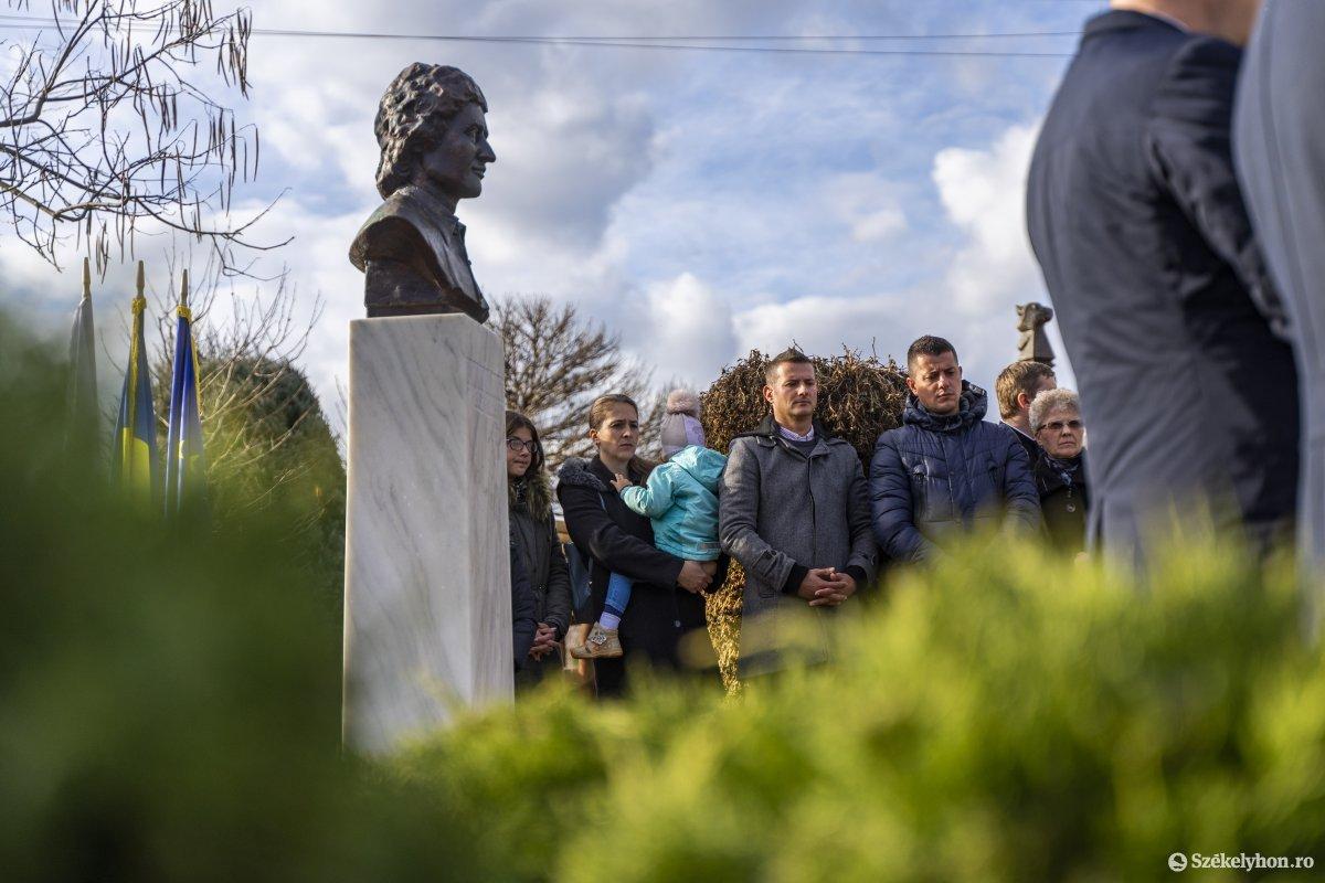 https://media.szekelyhon.ro/pictures/vasarhely/aktualis/2019/01_december/o_pajka_karoly_mellszobra_15_hv.jpg